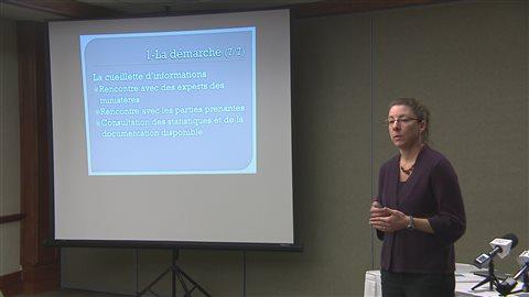 La professeure Nancy Gélinas présente le résultat des recherches.