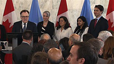 Marc-André Blanchard, futur ambassadeur du Canada à l'ONU, présente le premier ministre Trudeau lors d'une conférence de presse.