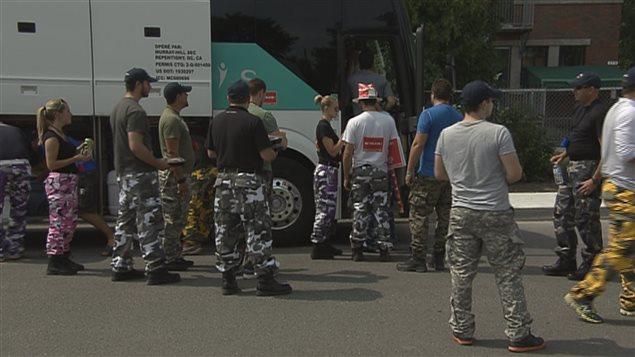 Les policiers portent des pantalons de camouflage pour protester contre les changements à leur régime de retraite.