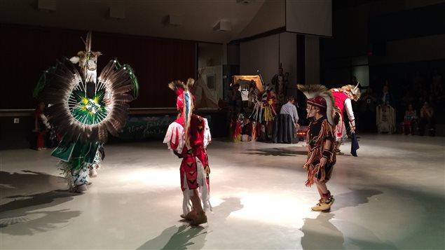 Danses traditionnelles autochtones interprétées par des membres de la communauté de Pikogan dans le cadre de la Semaine aminochtone organisée à la Polyvalente La Forêt d'Amos