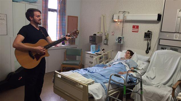 L'infirmier-chanteur de l'hôpital QE II d'Halifax, Brody McGee