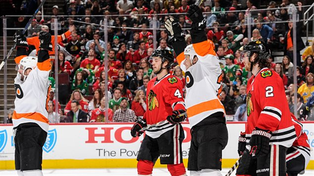 Ryan White a marqué le premier but des Flyers contre les Blackhawks
