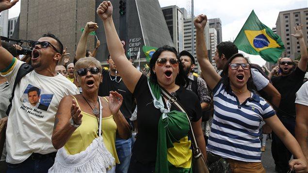 À Sao Paulo, des manifestants réclament la destitution de Dilma Rousseff et dénoncent l'investiture de Luiz Inacio Lula da Silva au poste de secrétaire général du gouvernement.