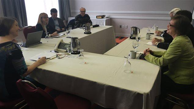 Des dirigeants du réseau CBC rencontrent le juriste Michel Doucet.