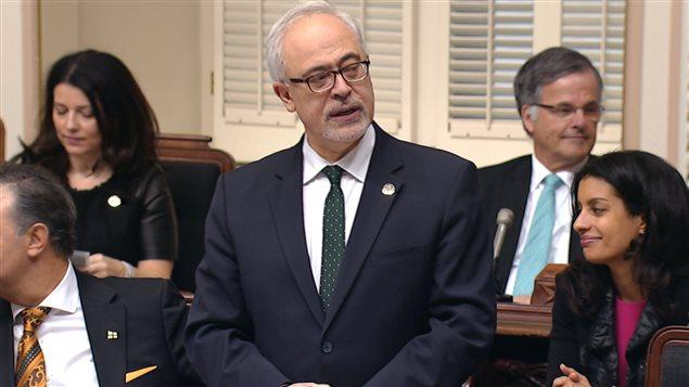 Le ministre des Finances Carlos Leitao présente son budget à l'Assemblée nationale.