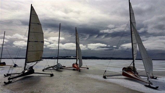 Des voitures de glace sur la lagune du Havre aux Basques