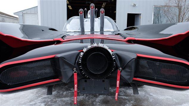 La seule caractéristique de la Batmobile originale qui n'apparaît pas dans cette réincarnation est les lance-flammes à l'arrière du véhicule, que le constructeur a omis pour des raisons de sécurité évidentes.