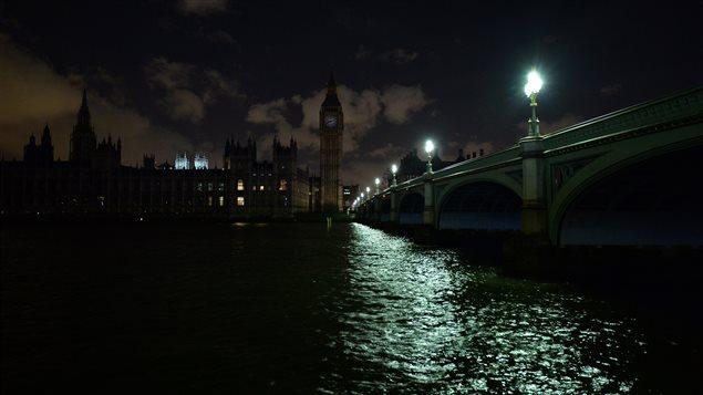 Le Parlement de Londres est plongé dans le noir à l'occasion d'Une heure pour la Terre le 28 mars 2015.
