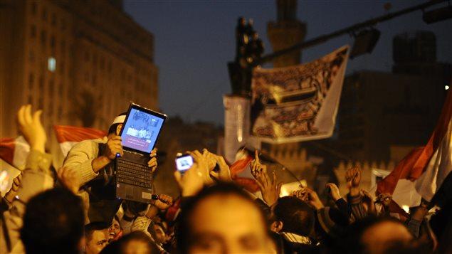 Des manifestants célèbrent à la place Tahrir, au Caire, après la démission du président égyptien Hosni Moubarak. Comme en Tunisie, les réseaux sociaux, dont Twitter, ont aidé les opposants à se mobiliser dans le cadre de la révolution égyptienne.