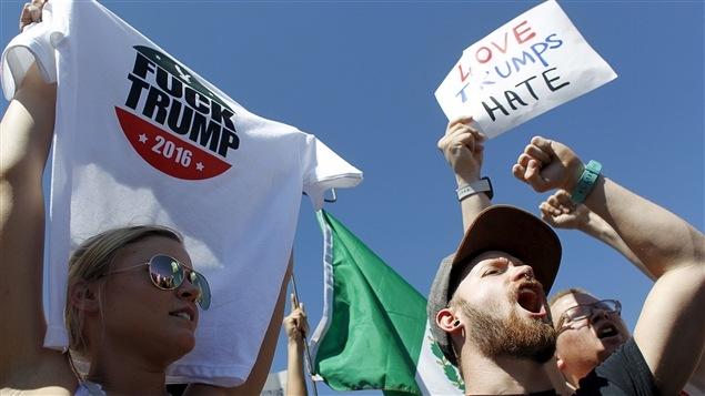 Ces manifestants s'opposent à la campagne de Donald Trump en vue de la présidentielle américaine.