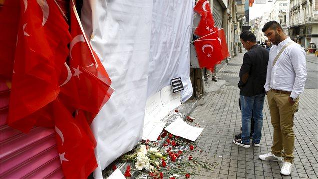 Des Turcs ont déposé des fleurs sur le site de l'attentat.