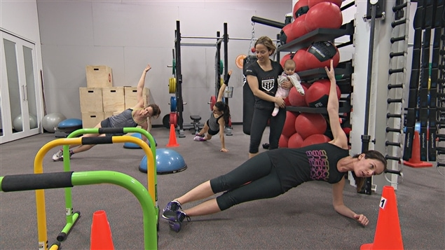 La Sporthèque de Gatineau présente ses cours postnataux comme étant accessibles à toutes les mamans.