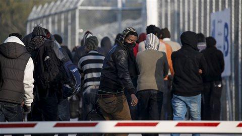 Des migrants font la file devant le centre d'accueil de Moria, où ils sont enregistrés et où leurs demandes d'asile sont traitées.