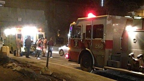 Un camion de pompiers et une ambulance devant le New City Gas.