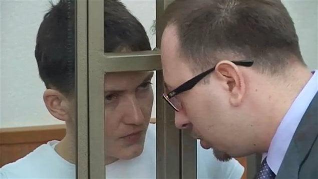 Nadia Savtchenko, en discussion avec son avocat, lundi, au tribunal de Donetsk, dans la région de Rostov, en Russie.