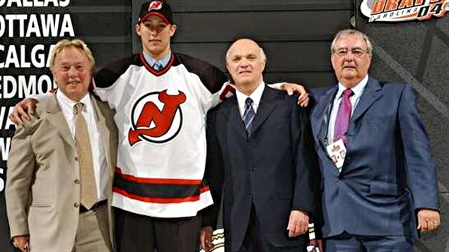 Dave Conte, Travis Zajac, Lou Lamoriello et Claude Carrier au repêchage 2004