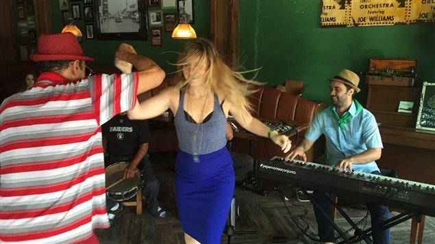 Des danseurs de salsa dans un café de la Petite Havane