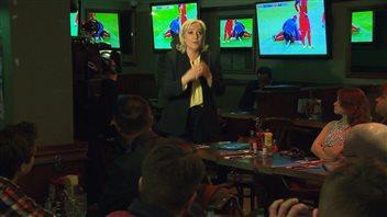 Marine Le Pen s'est exprimée devant des partisans au restaurant La Station des Sports, au centre-ville de Montréal.