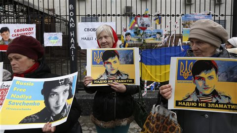À l'extérieur de l'ambassade russe à Kiev, des manifestants arborent des affiches demandant la libération de Nadejda Savtchenko.