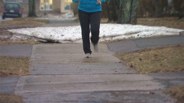 Une femme fait de la course à pied