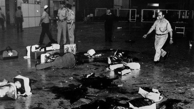Du sang et des bagages éparpillés à l'aéroport Lod de Tel-Aviv au lendemain de l'attaque terroriste du 30 mai 1972.