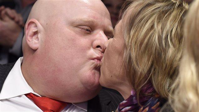 Rob Ford embrasse sa femme, Renata, après avoir perdu ses cheveux à cause de la chimiothérapie.