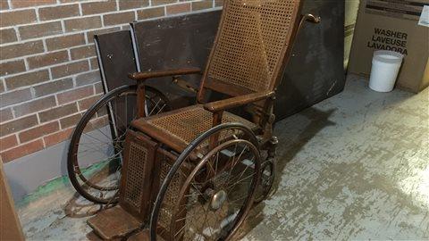 Le tunnel renferme quelques surprises: ce fauteuil roulant a sans doute eu de meilleurs jours.