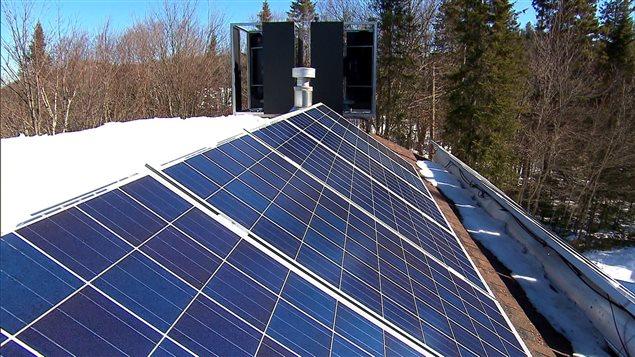 Panneaux solaires sur le toit de la résidence de Paul Dionne