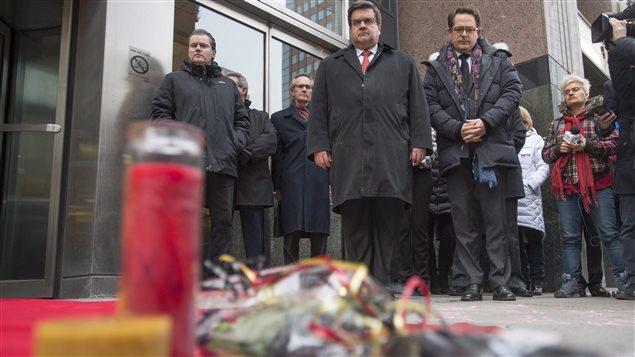 Le maire de Montréal Denis Coderre et le consul belge Karl Dhaene se recueillent devant le Consulat général de Belgique.