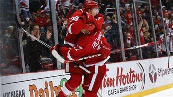 Anthony Mantha saute dans les bras de Brad Richards pour célébrer son premier but dans la LNH.