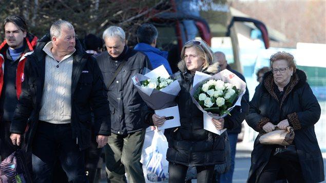 Des proches de victimes arrivant sur les lieux de la commémoration, à Le Vernet, en France