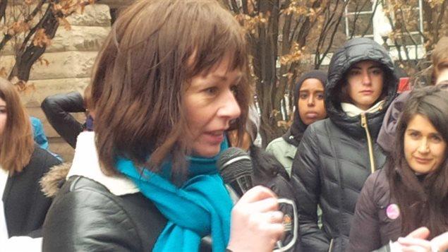 Lucy DeCoutere s'est adressée aux manifestants jeudi soir.