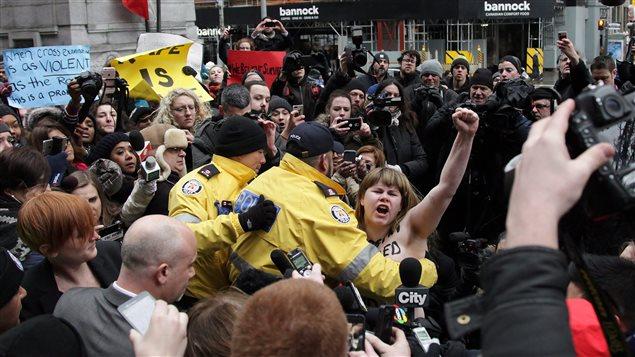 Une militante Femen a perturbé la conférence de presse du procureur de la Couronne.