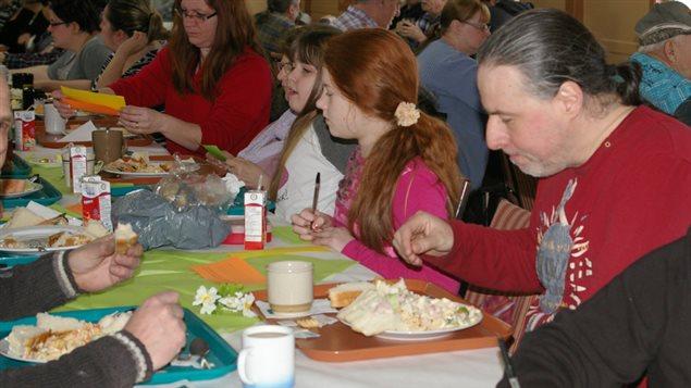 À Matane comme ailleurs au Québec, des gens de tous âges et de toutes conditions sont venus partage un repas pour souligner la Journée nationale des cusisines collectives.