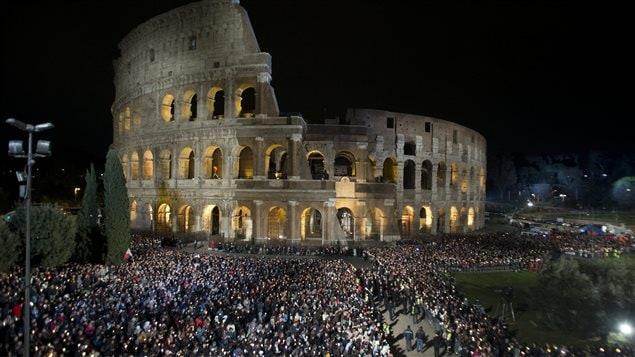Procession du Vendredi saint à Rome, devant le Colisée, le 25 mars.