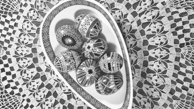 Oeufs de Pâques chez Mme Lozorovich, le 18 mars 1963. Archives du Fonds Champlain Marcil.