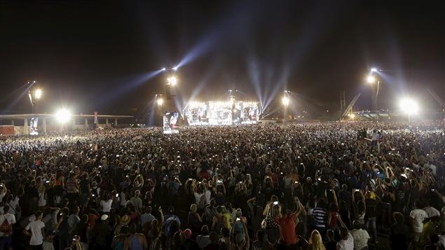 La foule était estimée à 500 000 personnes, presque autant d'écrans de téléphones cellulaires apparaissent sur la photo.