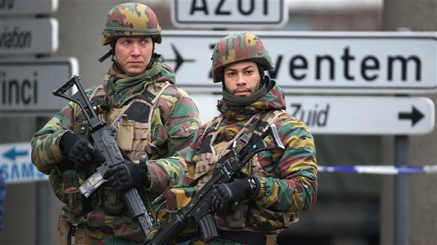 Des soldats à l'aéroport de Bruxelles, le 24 mars.
