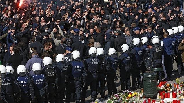 Les manifestants d'extrême droite, arrivés par surprise durant le rassemblement qui s'est organisé spontanément après l'annulation de la « marche contre la peur ».