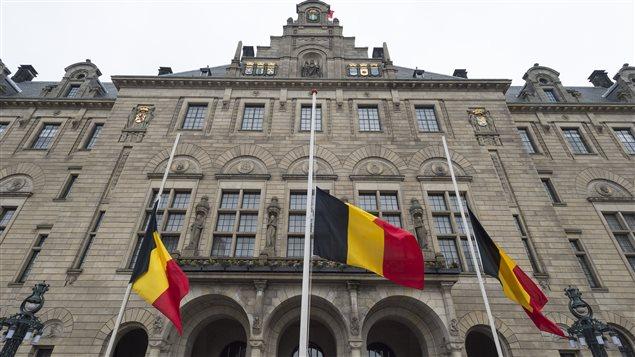 Les drapeaux belges ont été mis en berne devant l'hôtel de ville de Rotterdam après les attentats de Paris (23 mars 2016)