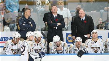 Mitch Korn (au centre) en compagnie de Barry Trotz (à droite)