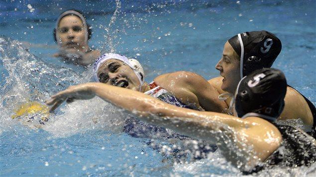 L'équipe canadienne de water-polo féminin avec le bonnet noir
