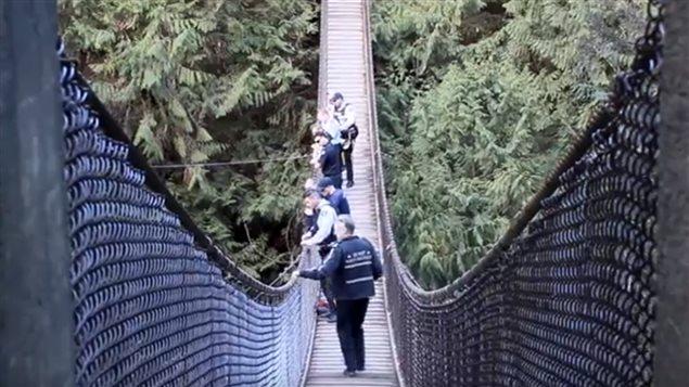 La police et les pompiers de North Vancouver à la recherche du jeune homme qui a sauté d'une falaise près du canyon Lynn lundi.
