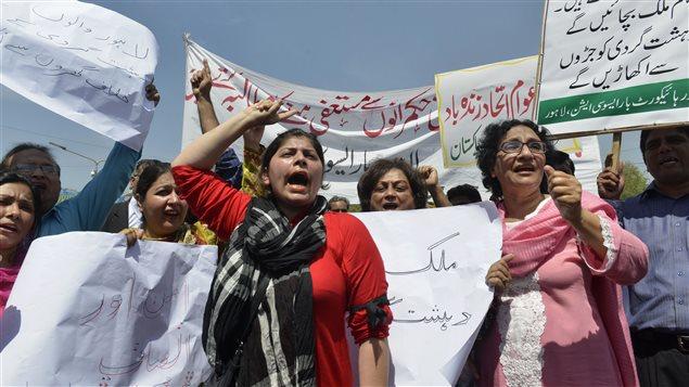 Des avocats pakistanais ont manifesté dans les rues de Lahore, mardi, pour dénoncer l'attentat survenu dimanche.