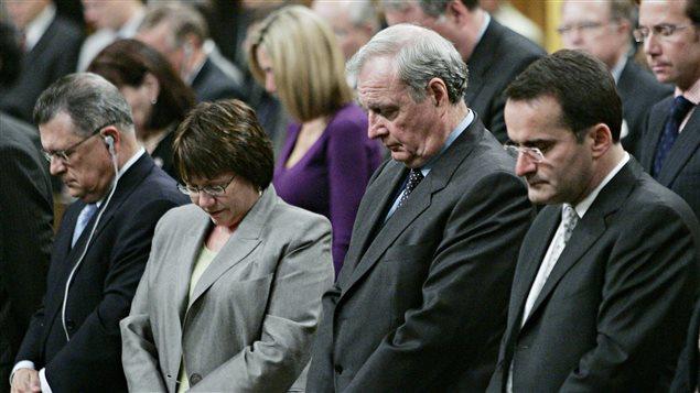 Jean Lapierre en 2005 au côté de Paul Martin lors d'un moment de recueillement aux Communes  en mémoire de Chuck Cadman.