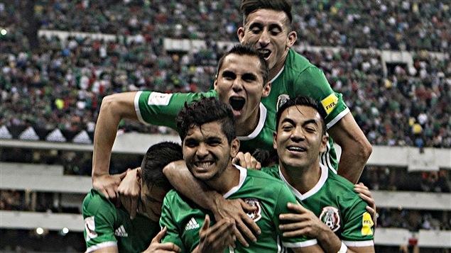Jesus Corona (à l'avant-plan) a marqué le 2e but du Mexique
