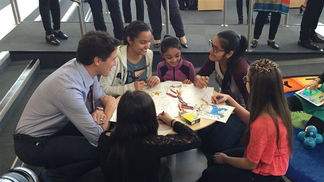 Justin Trudeau a rencontré mercredi des familles albertaines à la bibliothèque municipale d'Edmonton.