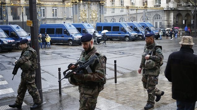 Des soldats français patrouillent à l'extérieur du palais de justice de Paris alors que le Français Reda Kriket est interrogé.