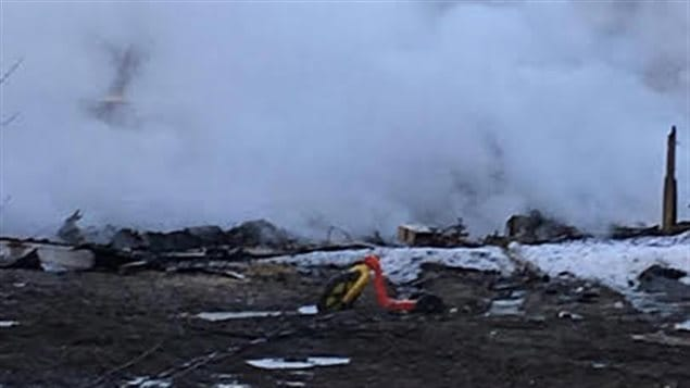 Les décombres fumants d'une résidence dans la réserve de Pikangikum, où au moins neuf personnes, dont trois enfants, ont perdu la vie.