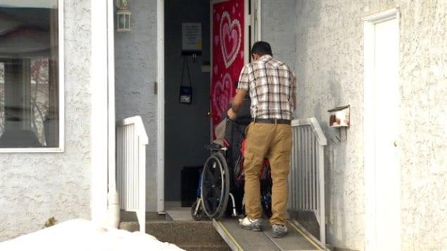 l 39 alberta abandonne les normes de s curit des logements pour personnes handicap es ici radio. Black Bedroom Furniture Sets. Home Design Ideas
